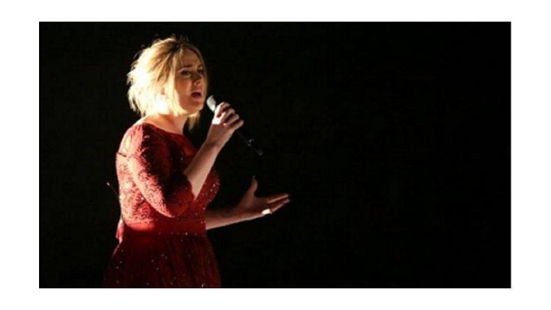 Adele tuvo problemas técnicos y desafinó en los Grammy