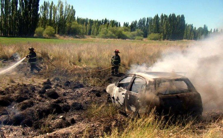 Se incendió un auto que iba de Comodoro a Puerto Madryn
