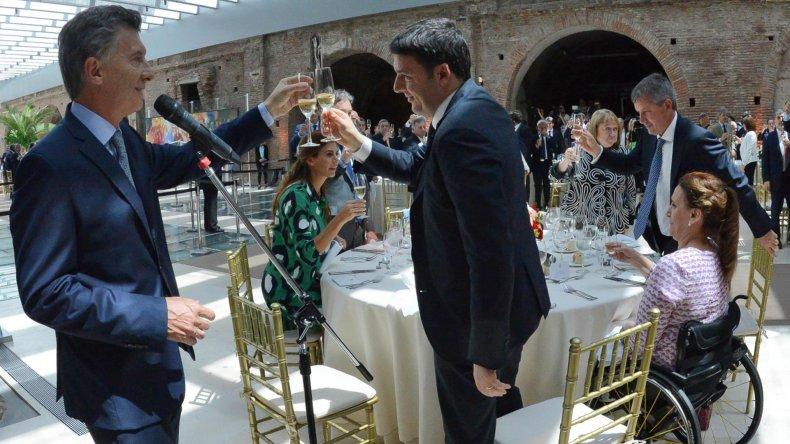 Brindis en el Museo del Bicentenario entre Macri y Renzi.