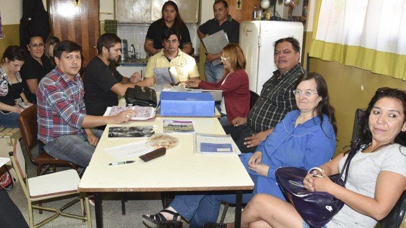 Docentes agremiados en ADOSAC y AMET se reunieron en la mañana de ayer en la Escuela Industrial de Caleta Olivia.