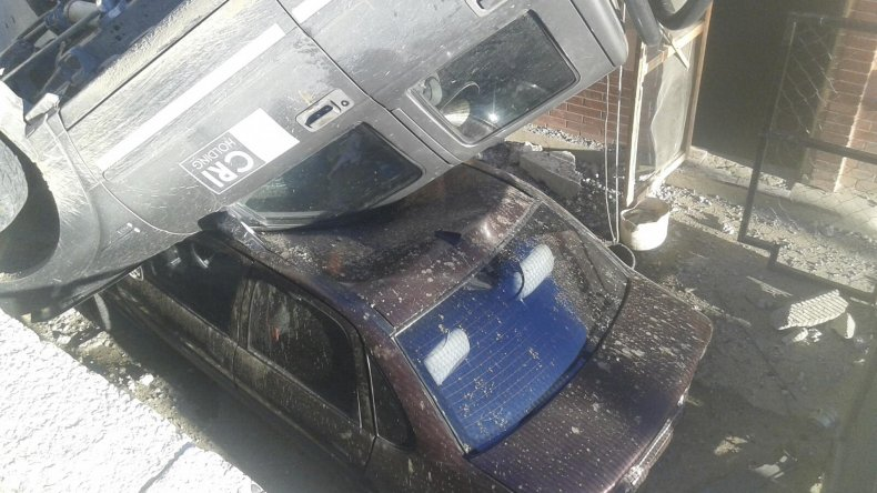 La camioneta se habría quedado sin frenos y cayó a un patio donde aplastó al vehículo.