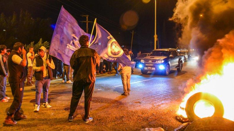 En la ruta. Los trabajadores petroleros se apostaron anoche en el cruce de 3 y 26 para garantizar la medida que luego fue suspendida.