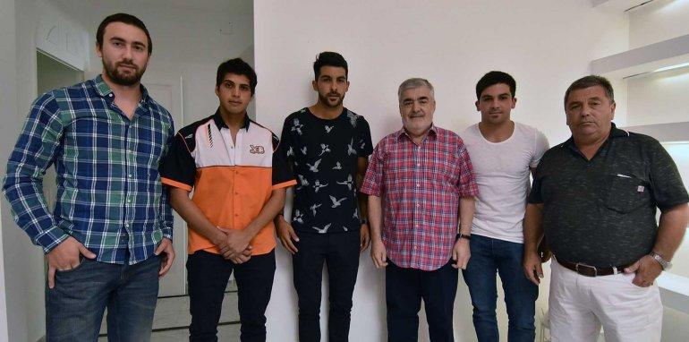 El gobernador Mario Das Neves junto a los pilotos y al titular del equipo RV Racing SA.