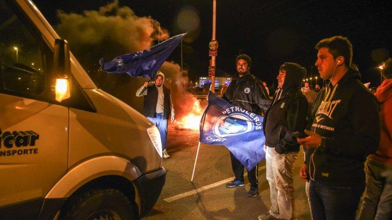 La vigilia que mantenían los trabajadores en las rutas durante la noche del martes antes de que se decretara la conciliación obligatoria.