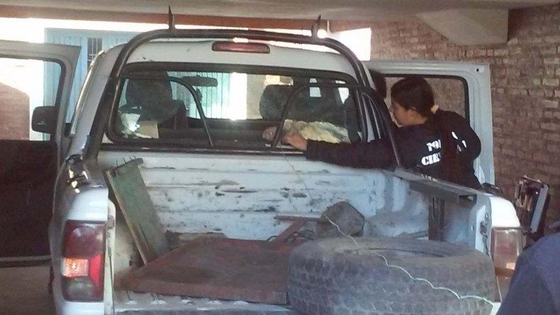 También fue alcanzada por un impacto de bala una camioneta al servicio del IPA.