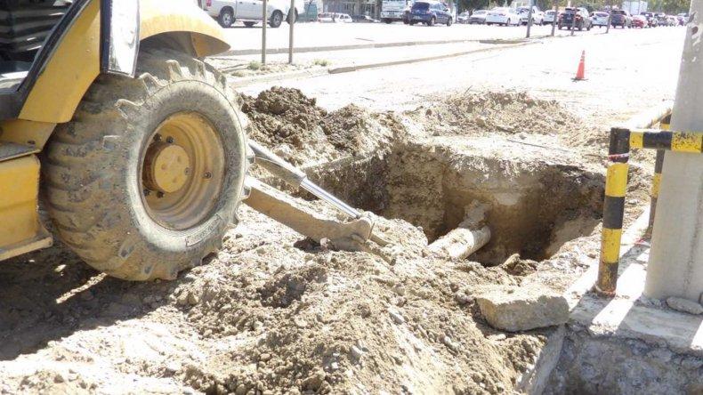 Los equipos de la SCPL trabajaban ayer en la avería que se detectó en el barrio Industrial.