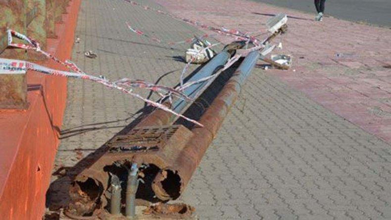 La columna metálica que aplastó a la niña tenía su base afectada por la corrosión de salitre.