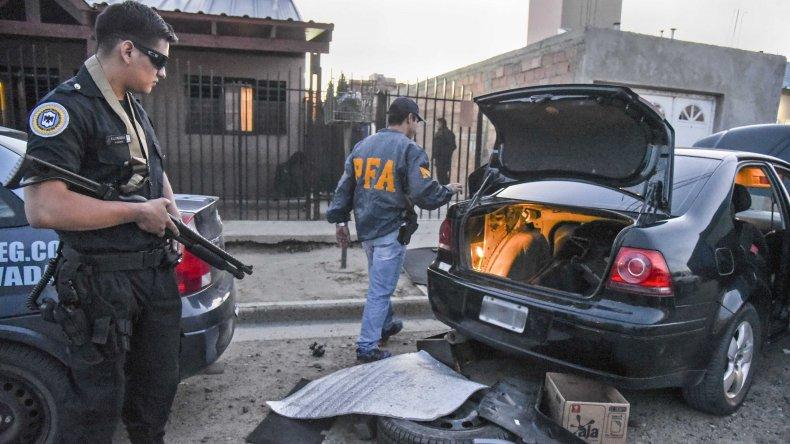 El hombre detenido se dedicaría a la venta de drogas a bordo de un Volkswagen Bora con vidrios polarizados.