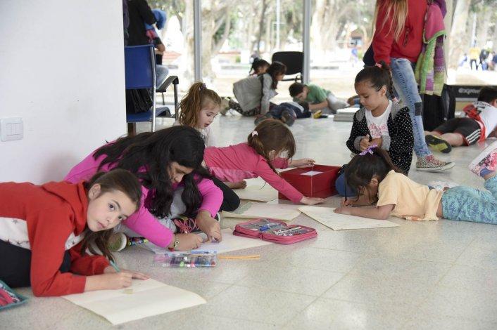 Los chicos se adueñaron del Centro de Información para pasar una tarde entre dibujos y pinturas.