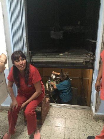 Hospital Alvear: sirvieron la merienda desde el ascensor por una falla del motor