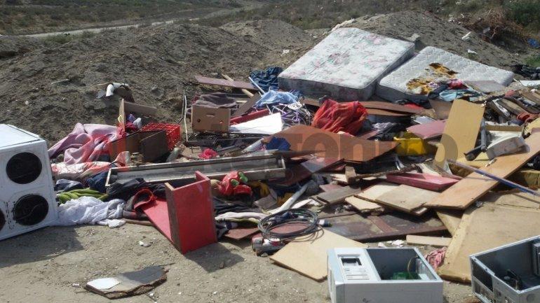Basural clandestino en barrio Los Tres Pinos/Foto enviada por Brenda vía WhatsApp