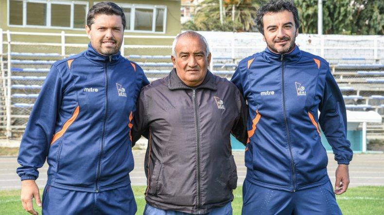 El DT Armando Tula -centro- junto a su ayudante de campo Nicolás Segura y el preparador físico Daniel Ramírez.