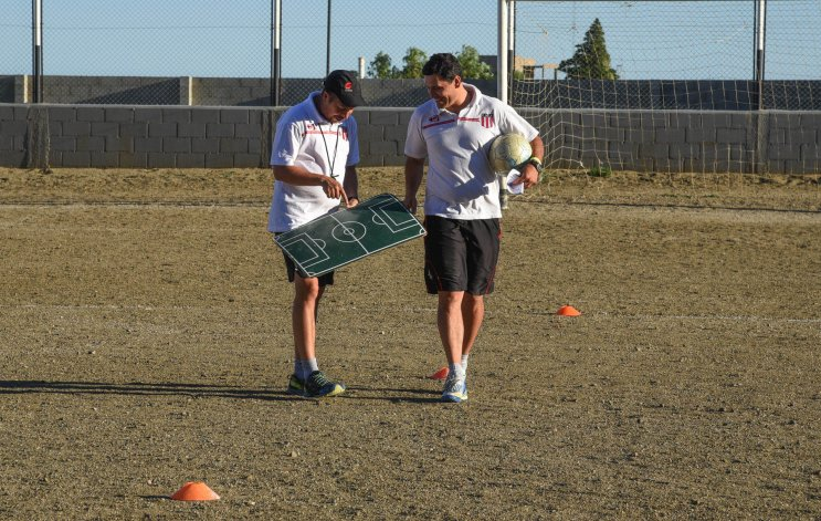 Estrategia. El técnico Orlando Portalau con la pelota y el preparador físico Pablo Sierra con la pizarra. El CAFA viaja ilusionado.