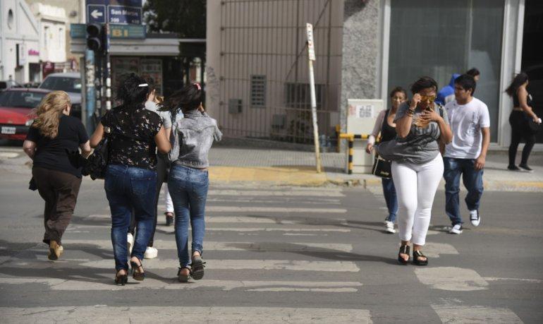 La dificultad de los peatones para caminar por las calles céntricas en la tarde de ayer. Por la falta de energía diversos comercios de la San Martín se alimentaron con generadores para atender al público. También salieron de funcionamiento semáforos.