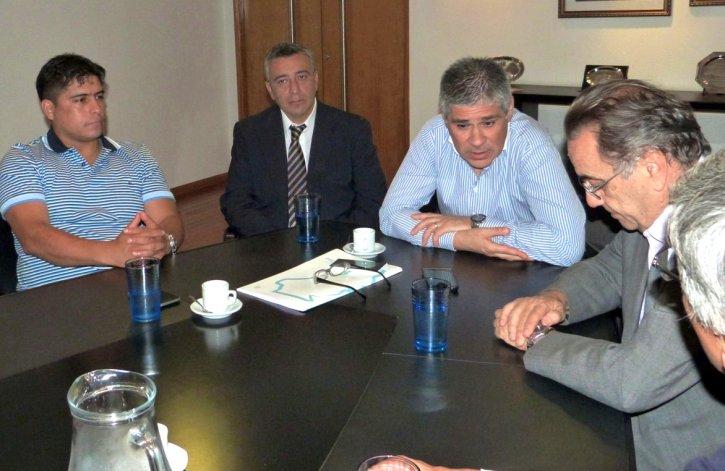 Claudio Vidal concurrió a la reunión con directivos de PAE acompañado por el vicegobernador Pablo González y el presidente de Instituto de Energía
