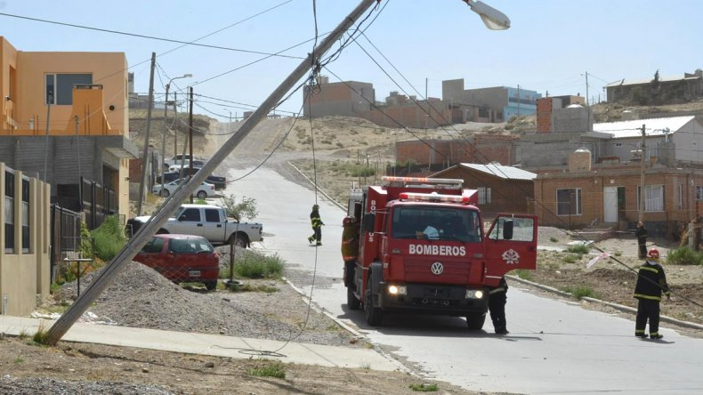 En el barrio Vista Hermosa II un poste de madera que sostiene cables de energía se quebró en su base. Los bomberos acudieron de inmediato.