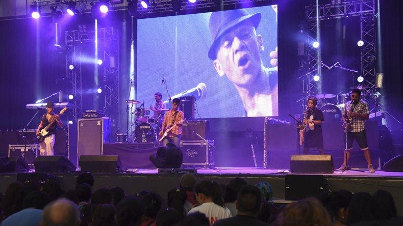 Titín Naves fue uno de los renombrados músicos locales que tocó ayer en el Predio Ferial.