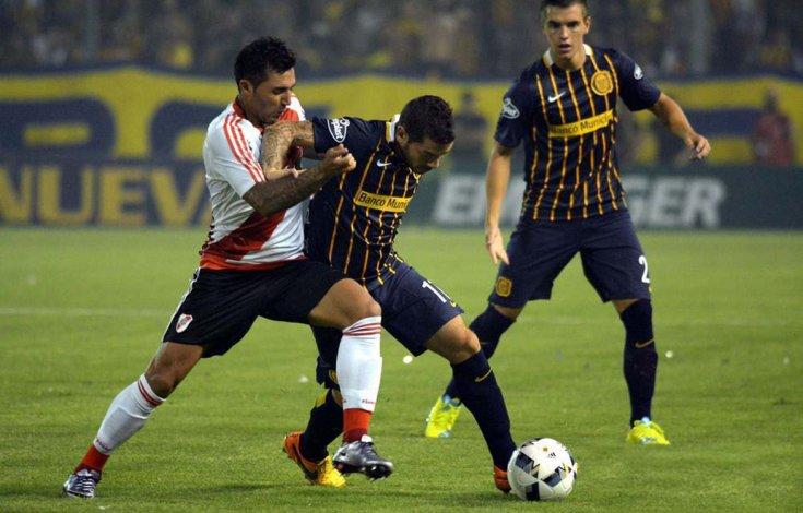 José Luis Fernández cubre el balón marcado por el uruguayo Tabaré Viudez