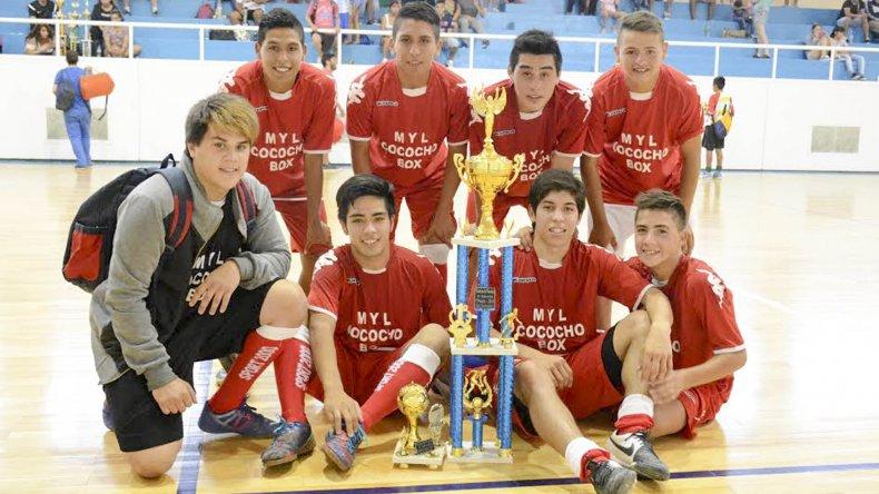 Los juveniles de La Super MyL con su trofeo de campeón del Torneo de Verano.