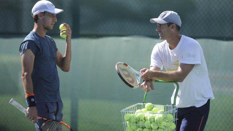 El tenista Renzo Olivo conversa con su capitán Daniel Orsanic.