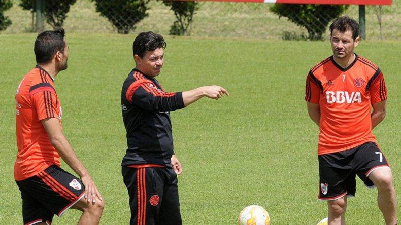 Marcelo Gallardo durante un entrenamiento con Gabriel Mercado y Rodrigo Mora.