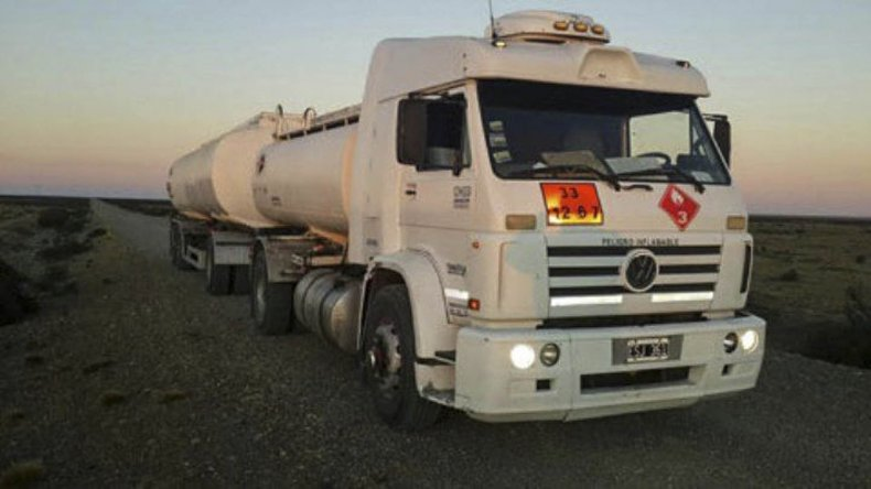 El camión Volkswagen 18-310 en el que los sujetos trasladaban el petróleo fue secuestrado y depositado en la subcomisaría de Güer Aike.
