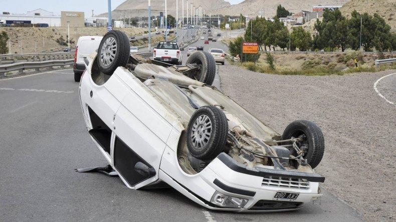 El Fiat Uno terminó volcado sobre la ruta. Sus ocupantes fueron auxiliadas por circunstanciales automovilistas.