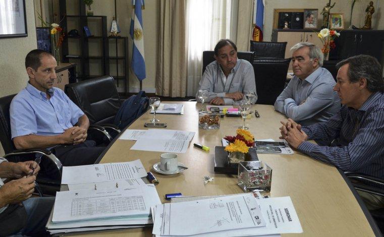 Un funcionario de Nación se reunió con los técnicos y el intendente para conocer los detalles finales de la obra del Estadio que sigue parada.