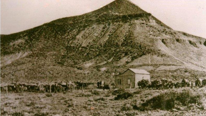 Entre 1900 y 1905 – Cerro Chenque y galpón de Pietrobelli/comodoroantiguo.blogpost.com.ar