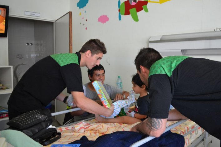 El plantel del Verde visitó la pediatría del Hospital Regional