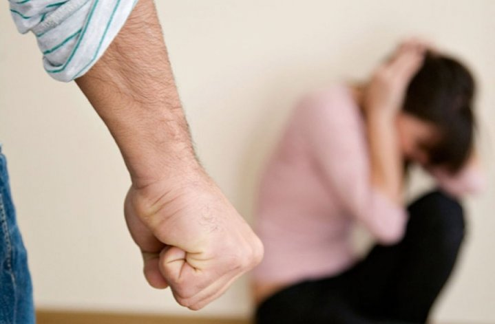 Emboscó a su ex mujer, les pegó a las amigas y la secuestró