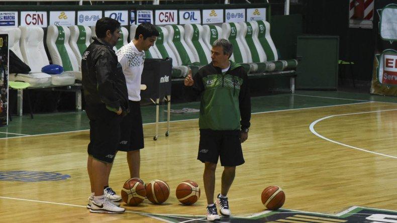 El profe Claudio Alvarez conversa en el Socios con el entrenador Gonzalo García y el asistente técnico Martín Villagrán.