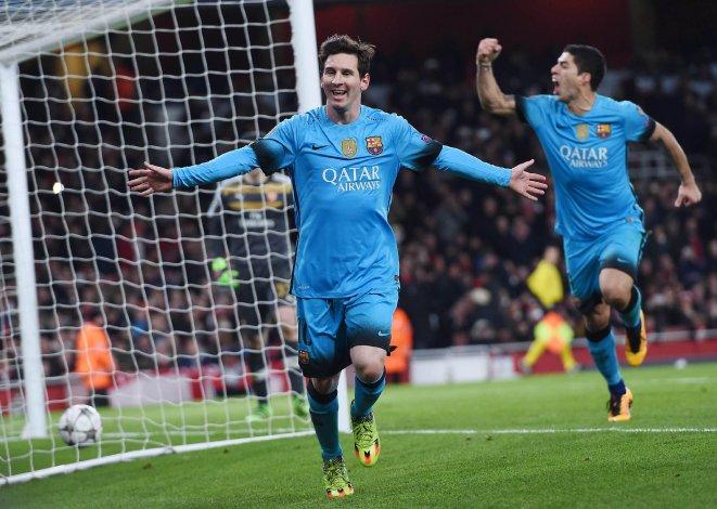 Lionel Messi festeja uno de sus dos goles que le anotó ayer al Arsenal