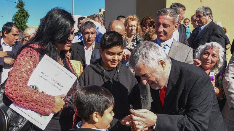 El gobernador al participar ayer de la entrega de viviendas en el barrio Diadema.