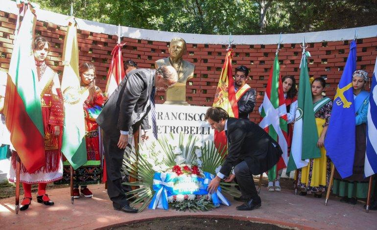 El intendente Carlos Linares y el vice Juan Pablo Luque depositan una ofrenda floral al pie del busto de Francisco Pietrobelli.