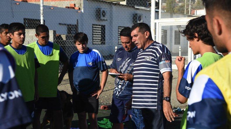El DT Luis Murúa trabajó en la semana junto a sus jugadores para conseguir el pasaje a la siguiente fase del torneo Federal C.