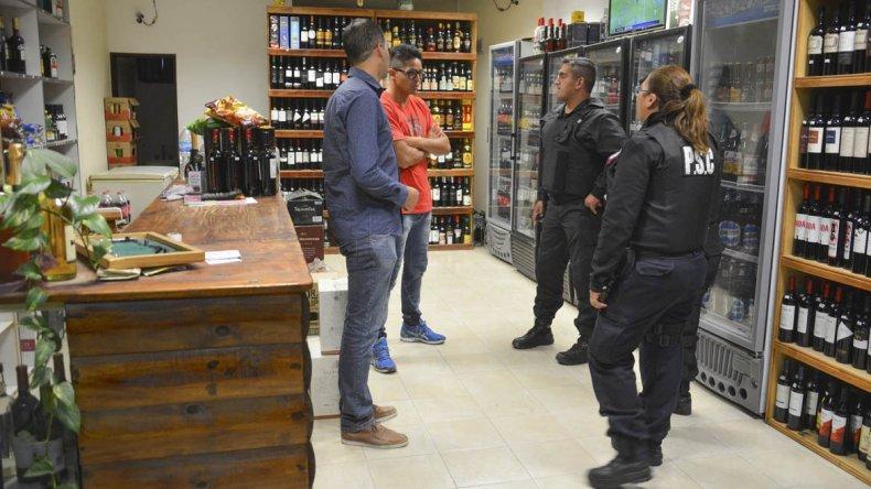 Efectivos de la Seccional Primera de Policía tomaron intervención en el asalto que se registró en la noche del miércoles en la vinoteca El Roble.