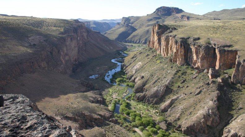 De camino hacia el alero se vadea el río Pinturas y se recorre el cañadón de Huicacha.