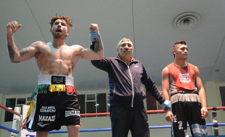 Héctor González salió ganador la noche del viernes en el combate de fondo que se realizó en el gimnasio municipal 1.