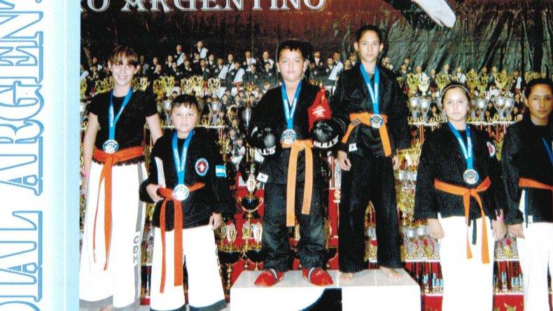 Gohan y Tasha Fritz con el 1° lugar en el podio de artes marciales abiertas.