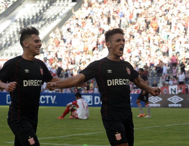 Juan Ignacio Cavallaro festeja el segundo gol de Estudiantes con Facundo Quintana.