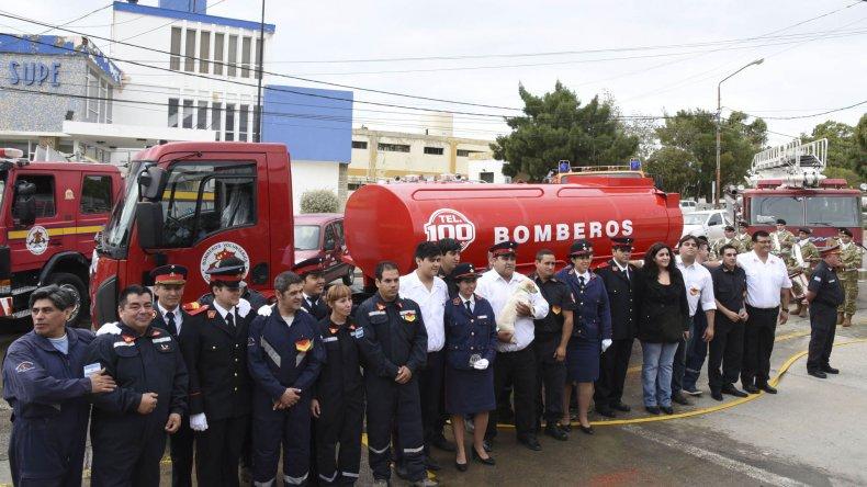 Los integrantes del Destacamento 3 junto al nuevo camión de su flota.