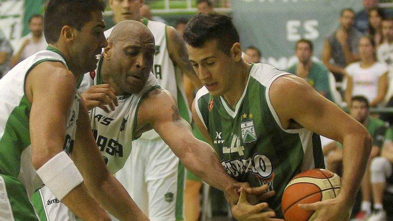 Martín Cuello con el balón marcado por Diego Cavaco y Samuel Clancy