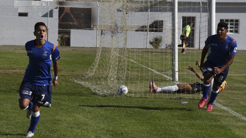 Matías Vargas con los brazos en alto por el gol tempranero con el cual el azzurro empezó a construir su primer triunfo.