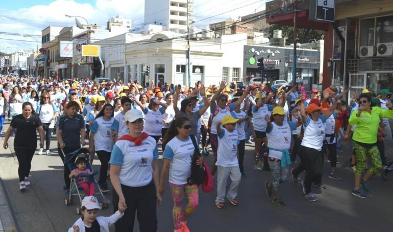 La caminata familiar congregó a un número importante de participantes.