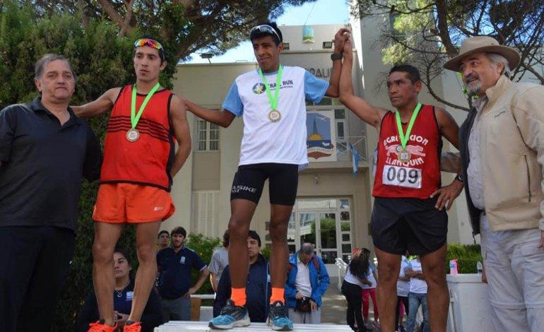 El podio de la carrera de aventura donde el ganador fue David Rodríguez