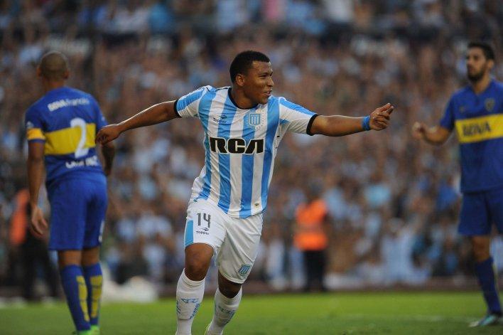 Roger Martínez festeja el gol que le dio el triunfo a Racing ayer sobre Boca.