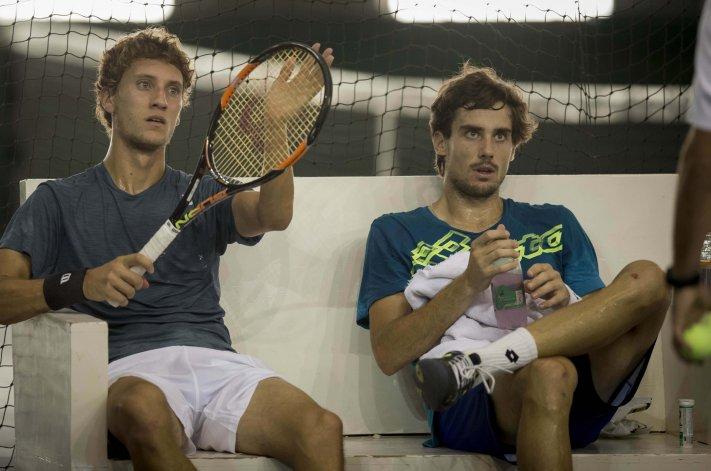 Renzo Olivo y Guido Pella durante un descanso del equipo argentino de Copa Davis.