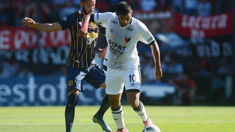 Alan Ruiz aguanta el balón marcado por Marcleo Larrondo en el partido que ayer Central le ganó con total justicia 3-0 a Colón en Santa Fe.