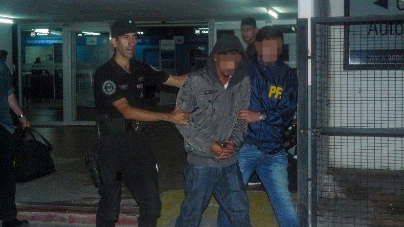 El capturado Héctor Rivarola llegó ayer por la mañana al aeropuerto local bajo la custodia de la Policía Federal.